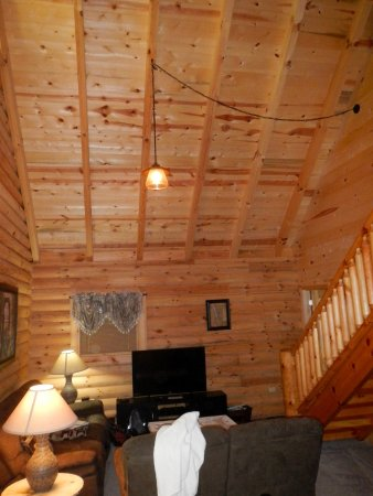 Oneida, TN: Spacious cabin with TVs in each room even through we never turned them on.