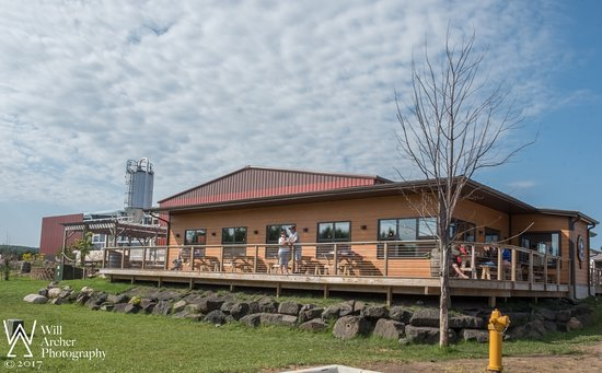 Two Harbors, MN: Nice taproom and extensive deck