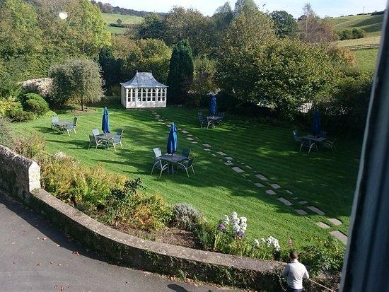 Mill End Hotel: Overlooking front garden