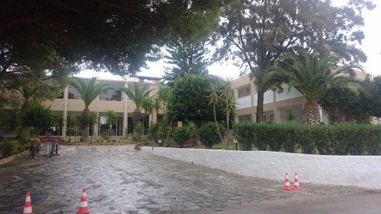 Niforeika, Greece: Вид на вход в отель