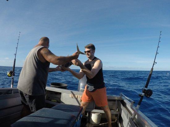 "Black Pearl Charters: Der perfekte Fisch-Fachmann ""Mike"" hilft beim rausholen"