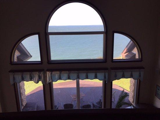Mavillette, Kanada: view from hallway overlooking living room and deck