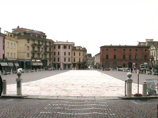 Casalmaggiore - Piazza Garibaldi: il ''Listone'' visto dal lato del Palazzo Municipale