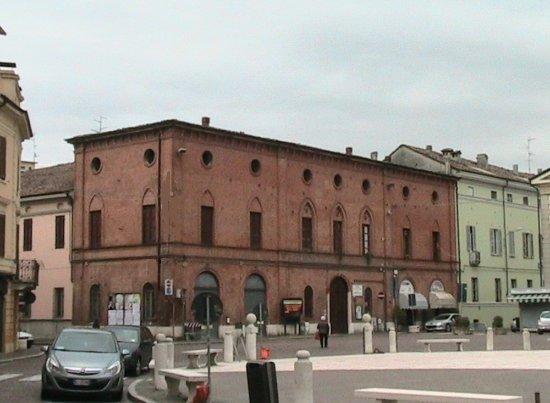 Casalmaggiore - Piazza Garibaldi: il palazzo dell'ex Congregazione di Carità