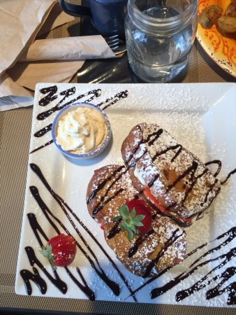 Courtenay, Canadá: Stuffed French toast. To die for.
