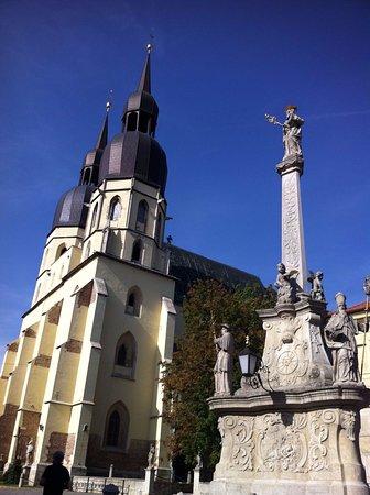Trnava, Słowacja: Sur la place devant l'église