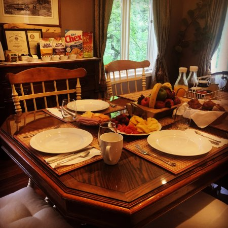 Erin, Canada: Weekday breakfast table
