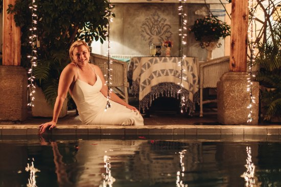 The lovely bride next to the pool at Welten