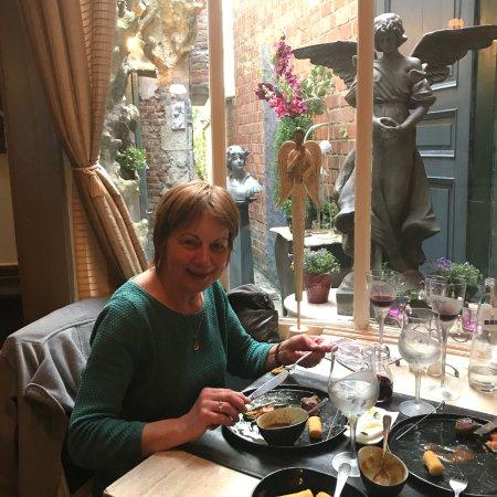 Ninove, België: Het interieur is er 'raar'; en het eten lekker. Bijzonder zijn de verschillende kristallen glaze