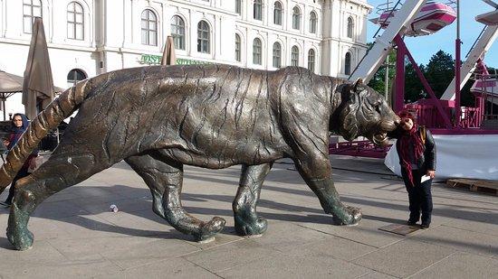 Central Norway, Norway: Tigre imenso ao lado da estação