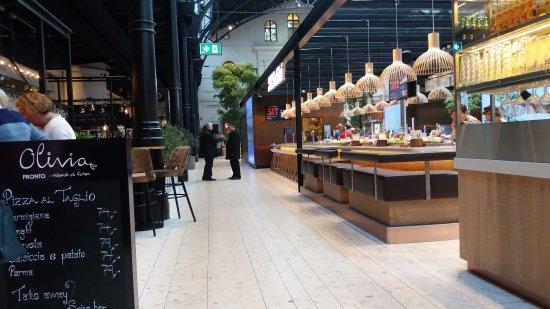 Central Norway, Norway: Praça de alimentação e o restaurante Olívia, muito bom