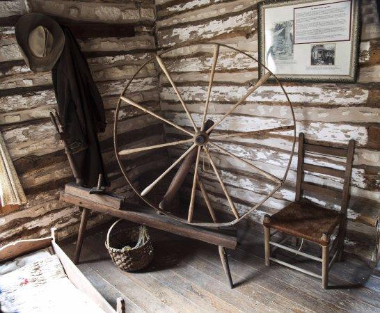 Pioneer Museum Complex: Spinning wheel