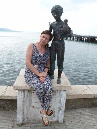 Sukhumi, Geórgia: бронзовая по моему скульптура позеленевшая от морского воздуха и только нос блестит