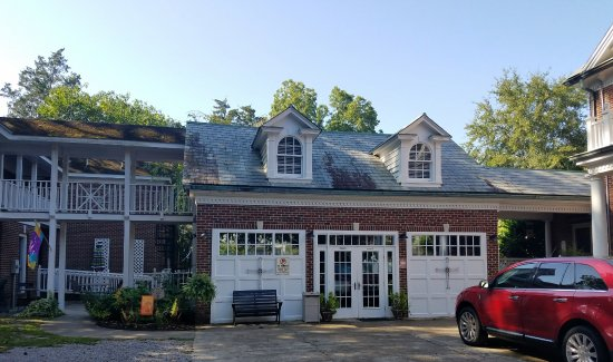 Elizabeth City, Carolina del Norte: The Tavern beneath the Carriage House is cozy and available to all guests.