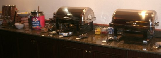 Country Inn & Suites by Radisson, Abingdon, VA: Plenty of hot food at the breakfast buffet