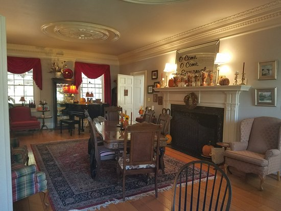 Elizabeth City, NC: The living room with grand piano is an example of the perfect restoration by the proprietors.