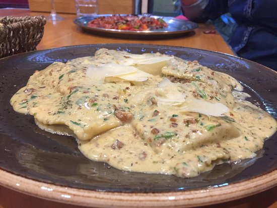 Sorrento, Avustralya: Veal and onion ravioli in a walnut sauce