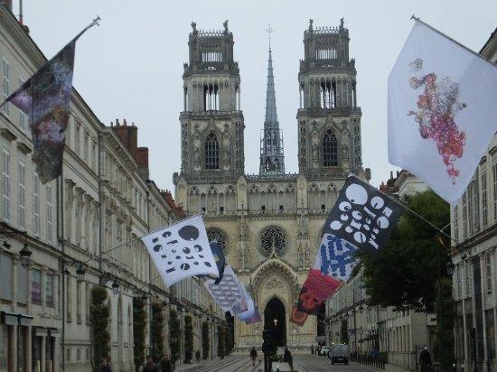 Cathédrale Sainte-Croix : flags and facades