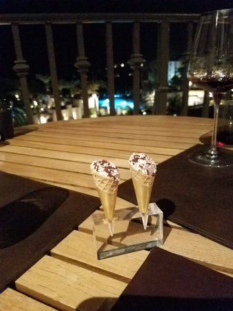Monarch Beach Resort: Dessert - mini ice cream cones.