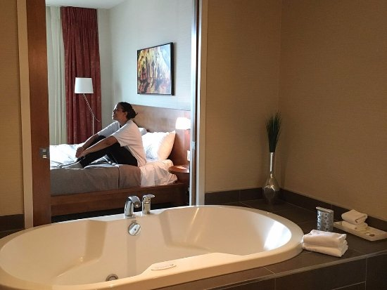 Hotel Chateau Laurier: awesome tub and view from bathroom into bedroom. door shuts.