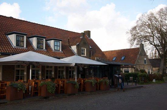 Ballum, The Netherlands: Street view of hotel