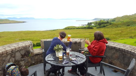 Staffin, UK: Proper Scottish Hotel....stunning views...scrummy scones.......beer was quality too.  Would love