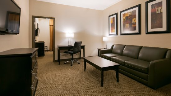 St. Albert, Canada: Separate living room in our Executive Suites for entertaining and keep your sleeping area privat
