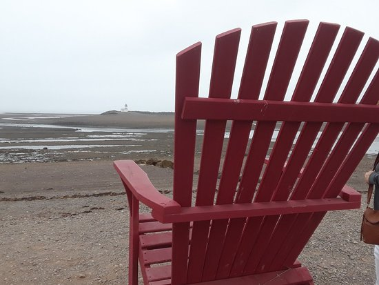 "Parrsboro, Canadá: ""BIG"" chairs outside Harbourview Restaurant with lighthouse in the distance at low tide"