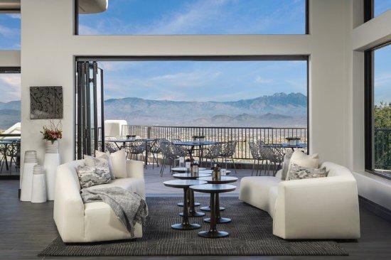 Fountain Hills, AZ: Livingroom Lobby with Spectacular Views.