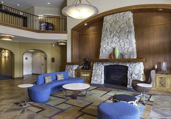 Sebastopol, CA: Lobby - Fireplace