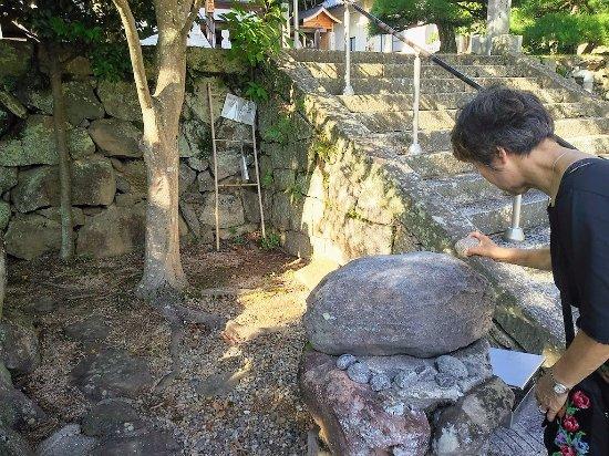 Tonosho-cho, Giappone: 境内にある幸福の石:叩くと金属音が