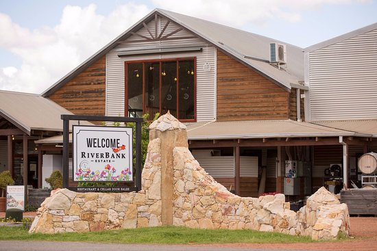Riverbank Winery: Front of RiverBank Estate