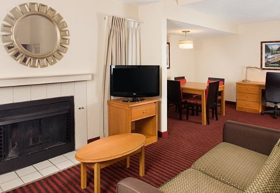 แมดิสันไฮทส์, มิชิแกน: One-Bedroom Bi-Level Suite – Living Area