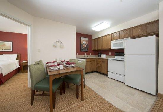 Folsom, Kalifornien: Two-Bedroom Suite Kitchen