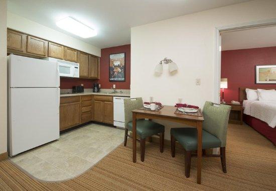 Folsom, Kalifornien: One-Bedroom Suite Kitchen