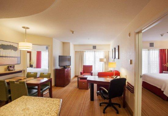 Surprise, Аризона: Two-Bedroom Suite - Living Room
