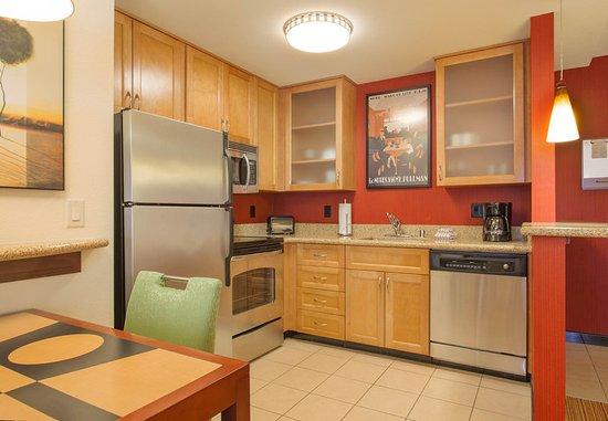 Surprise, Аризона: One-Bedroom Fireplace Suite - Kitchen