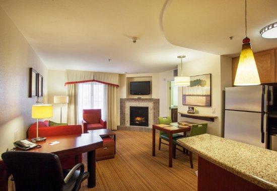 Surprise, Аризона: One-Bedroom Fireplace Suite - Living Room