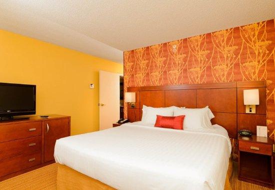 Hagerstown, MD: King Suite - Bedroom