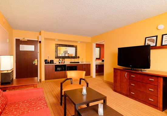 Hagerstown, MD: King Suite - Living Room