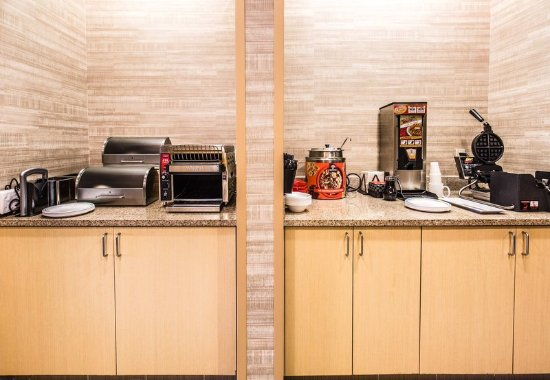 TownePlace Suites Laconia Gilford: Breakfast Buffet