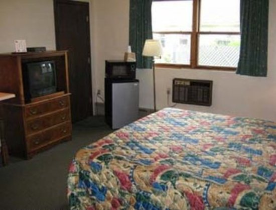 Endwell, NY: King Bed Guest Room