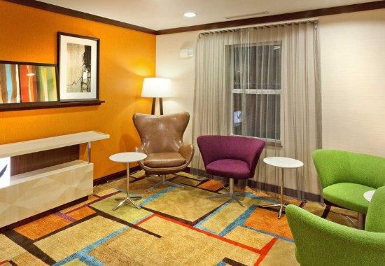 Fairfield Inn & Suites San Bernardino: Lobby Seating Area