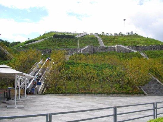 Yichang, الصين: Easy way to get to the top - out door escalators!