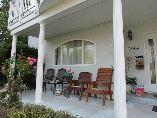 Ocean Point Bed & Breakfast : Front porch