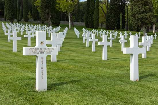 Tavarnuzze, Itália: Row after row of white crosses, a somber reminder of the ultimate sacrifice made by so many in W