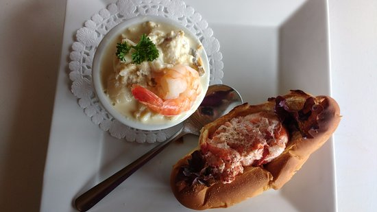 Chester Basin, Canada: Shanty Combo - Seafood Chowder and a Lobster Roll