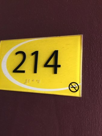 Vandalia, OH: This non-smoking room smelled so bad of stale cigarette smoke.