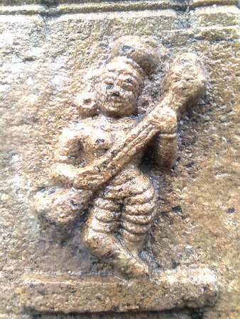 Thiruvarur, Индия: A DANCER TWINING ON THE VEENA