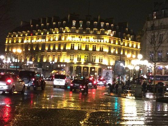 Hôtel du Louvre: Вечерний вид на отель